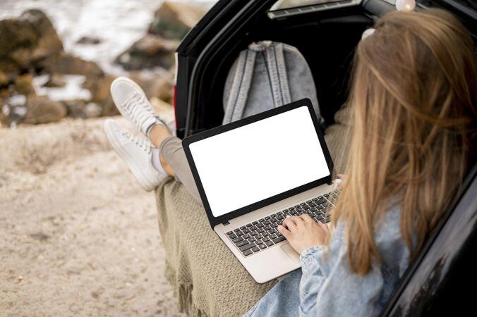 拿着模拟笔记本电脑的旅行者