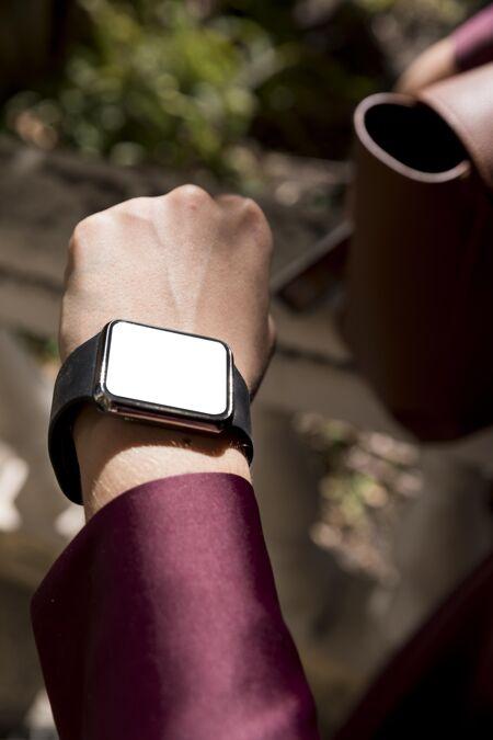 女商人在看她的模拟智能手表