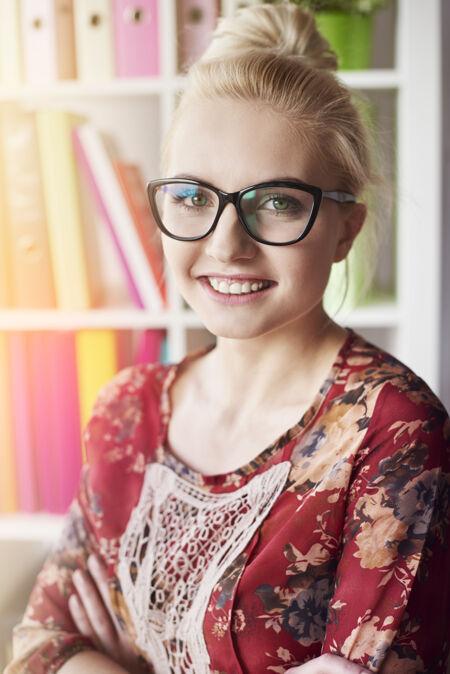 戴眼镜的金发女人的画像