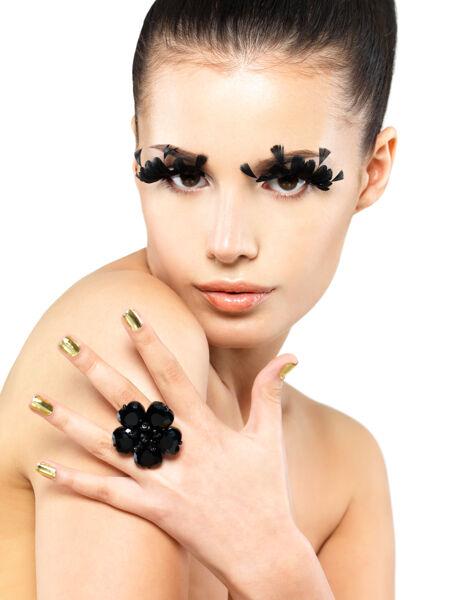 美丽女人的特写肖像 黑色假睫毛 金色指甲隔离在白色背景上