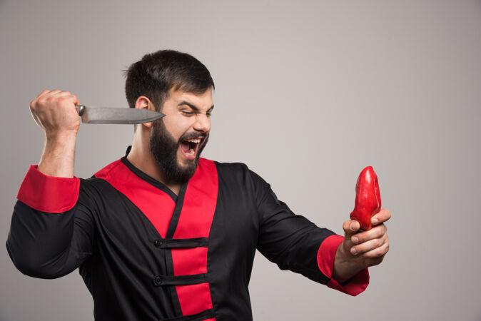 尖叫的男人想切红辣椒