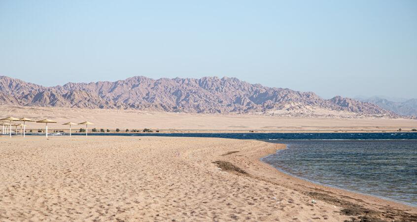 美丽的荒芜沙滩依山傍水